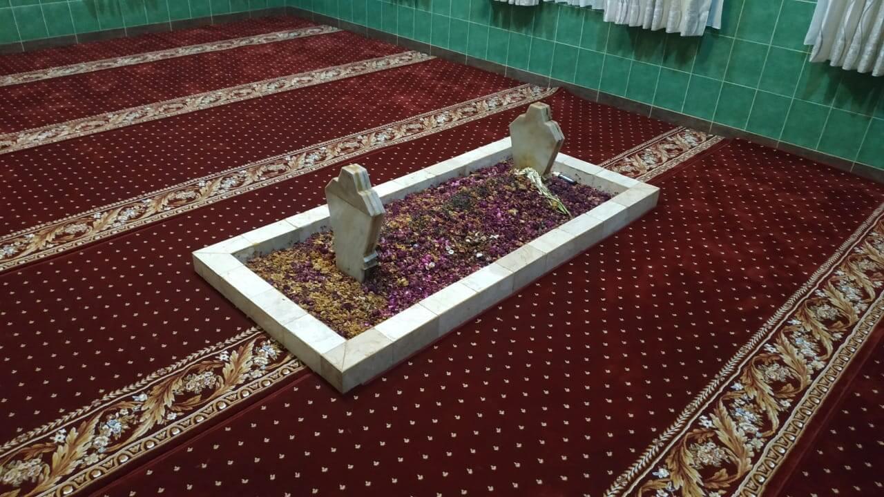 Pemasangan Karpet Masjid di Makam Syaikhunal Mukarom Maulana Abah Umar Bin Ismail Bin Yahya